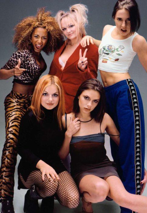 Chicas usando ropa de los 90