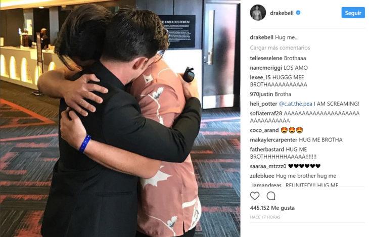 Drake y josh abrazandose y compartiendo la imagen en Instagram