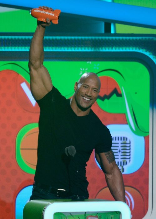 Dwayne Johnson en camisa negra
