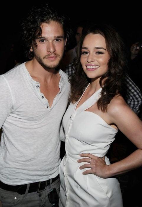 Emilia y Kit vestidos de blanco