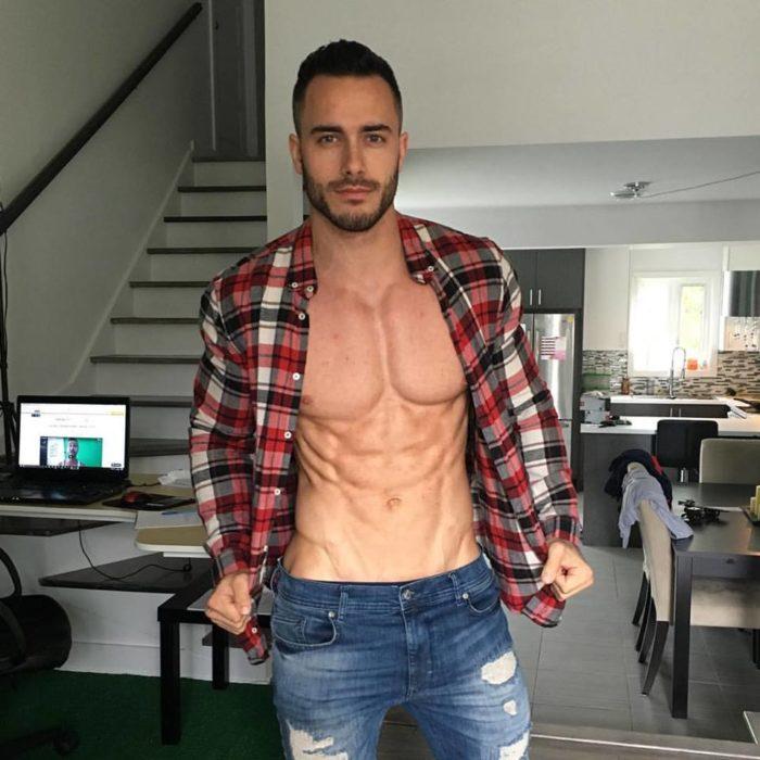 chico con camisa a cuadros