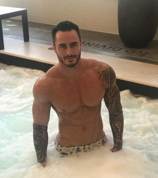 chico dentro de una bañera