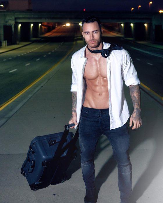 chico con maleta en mano