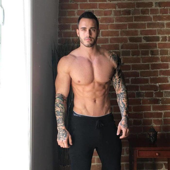 chico con pantalon oscuro