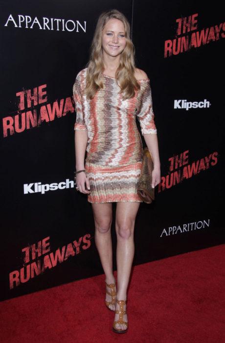 Jennifer Lawrence usando un vestido con estampados