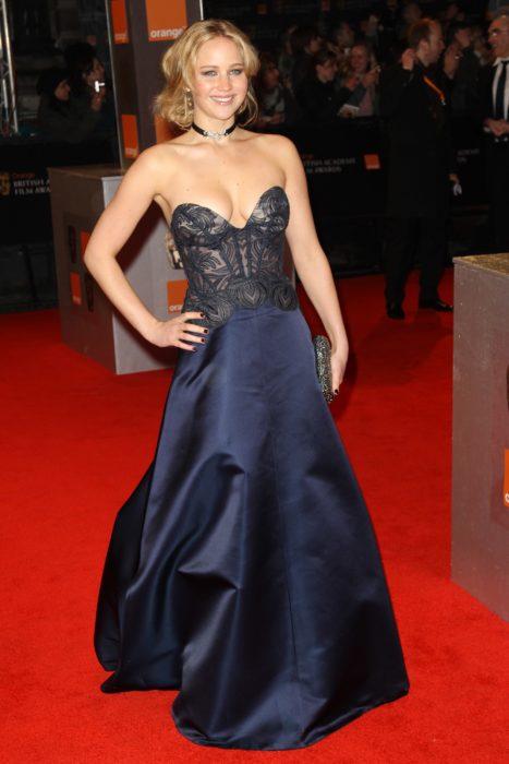 Jennifer Lawrence usado un vestido color azul marino