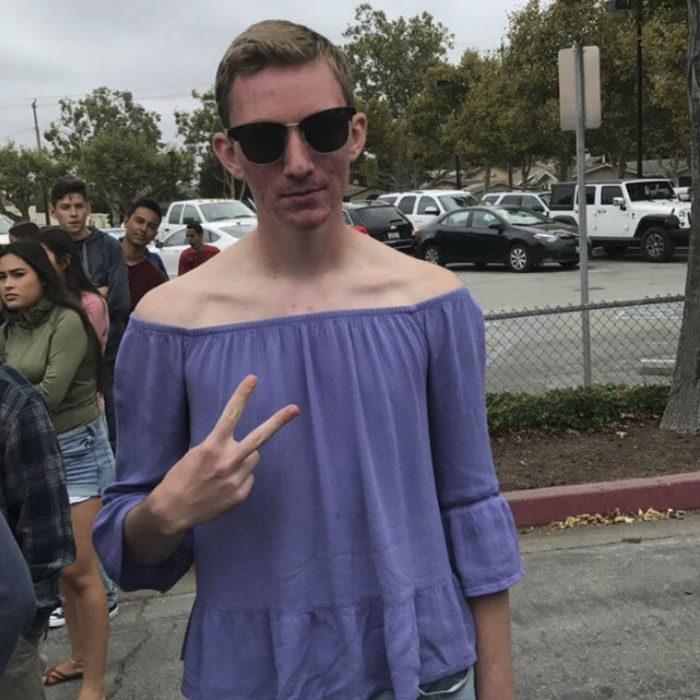 Chico usando una camisa sin hombros de color morado
