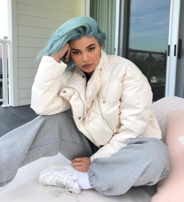 Kylie jenner con chamarra pants y el cabello de color azul