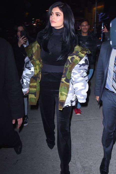 Kylie jenner usando un conjunto de pants de terciopelo con chamarra grande