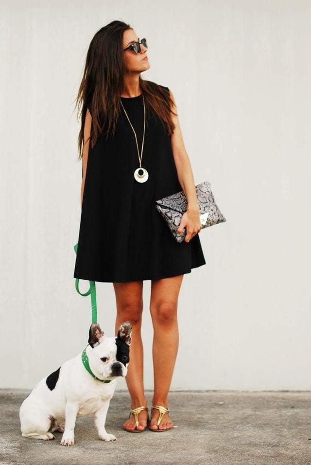Vestido negro con complementos plata