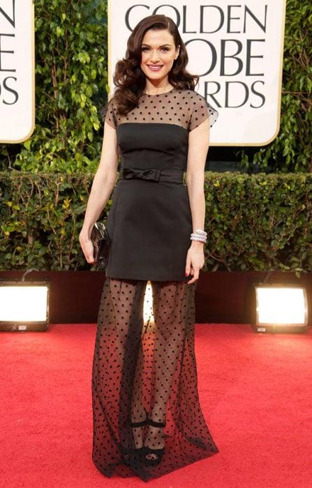 Chica usando un vestido negro con telas transparentes