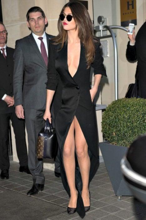 Chica usando un vestido negro con escote profundo