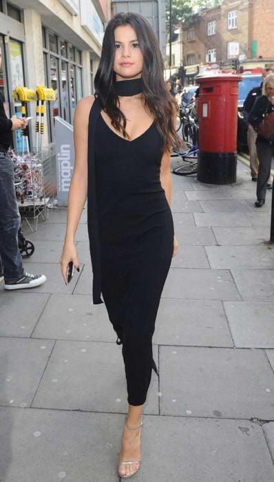 Selena gomez usando un vestido negro