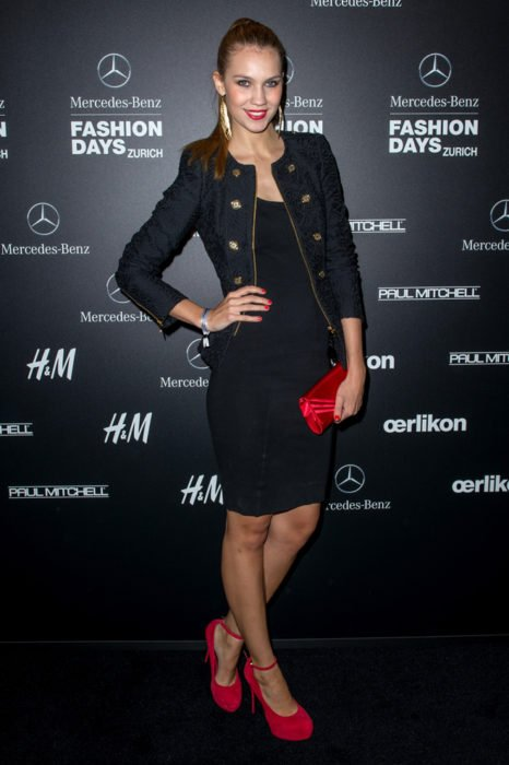 Chica usando un vestido negro y accesorios rojos