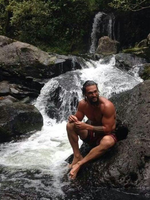 chico sentado en las cascadas