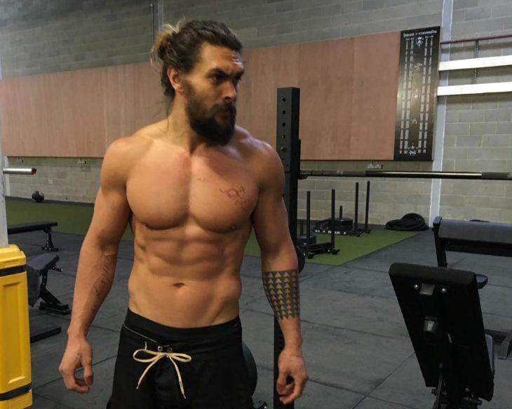 chico sin camisa en el gimnasio