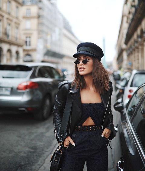 Camila Coelho usando unas gafas tyni mientras camina por Paris
