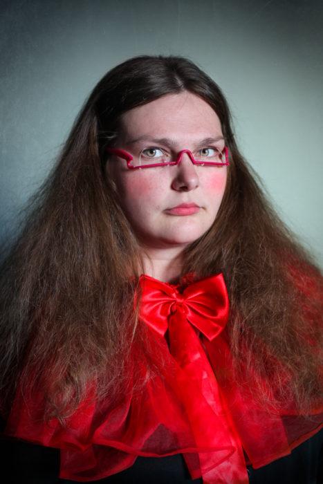 mujer con anteojos raros