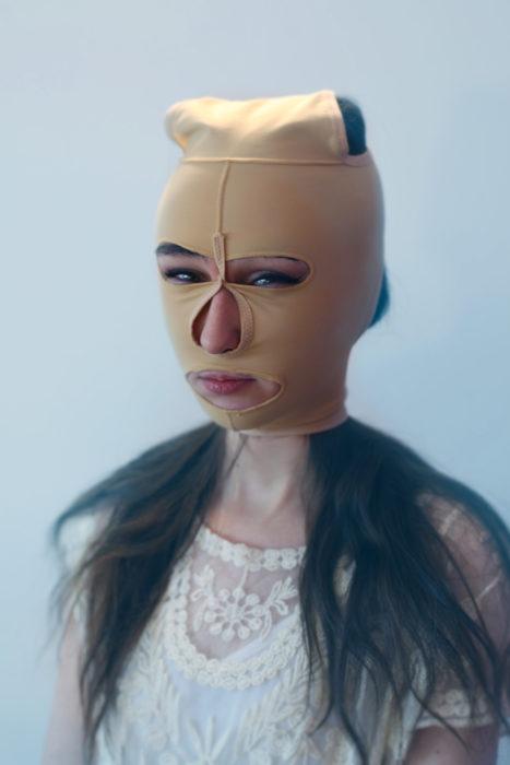 mujer con horrible máscara color piel