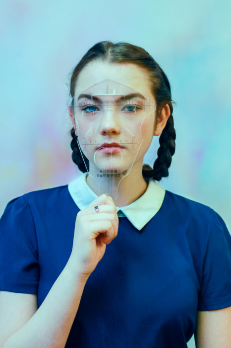 mujer con aparato para medir rostro