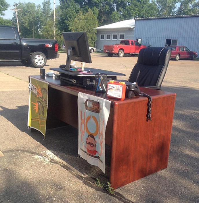 escritorio en medio del estacionamiento