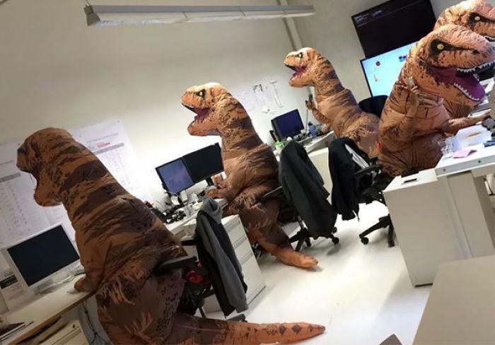 dinosaurios en la oficina