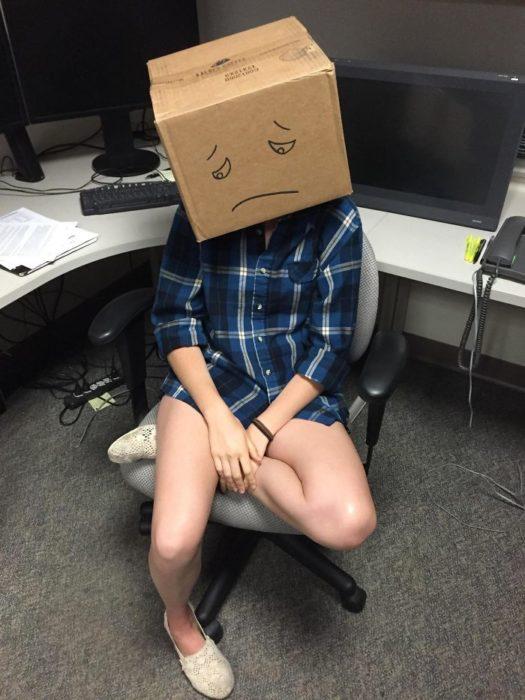 chica con caja de juguetes en la cabeza