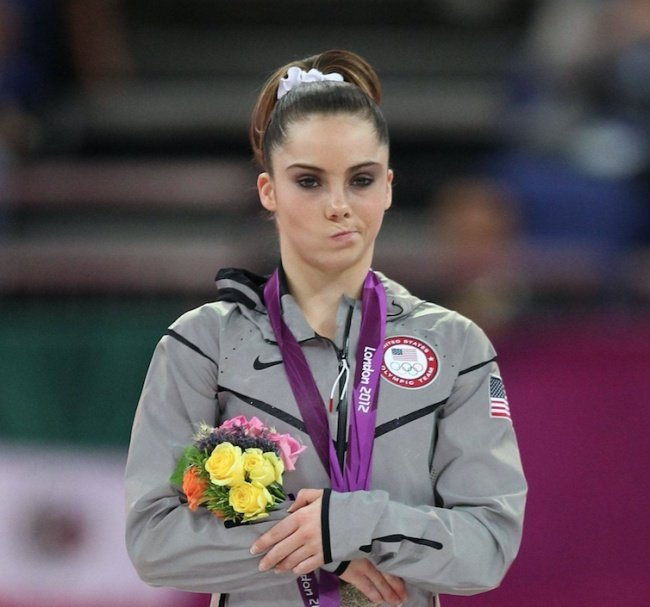 chica con ropa deportiva gris y flores de colores