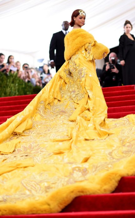 chica con vestido amarillo