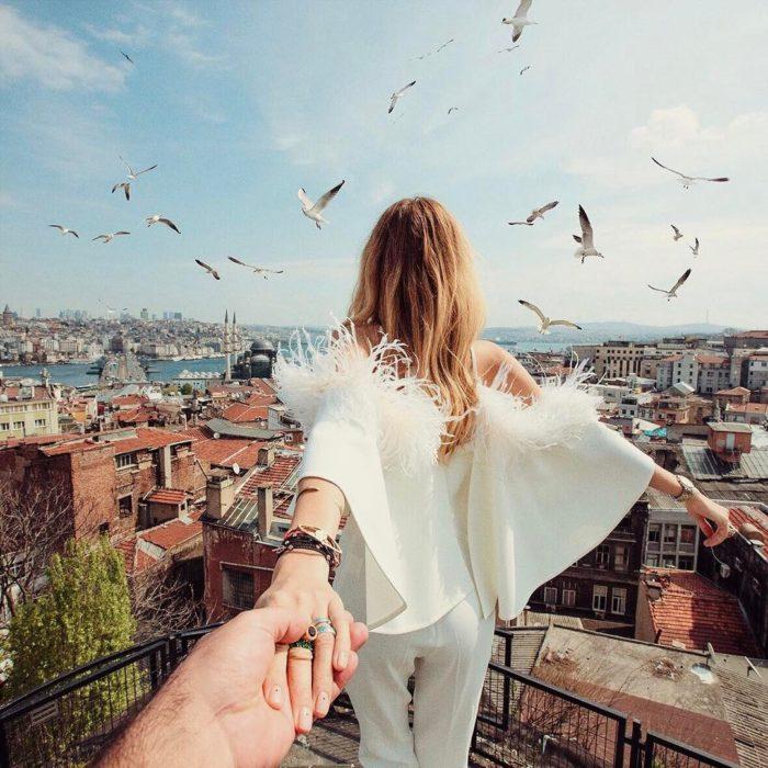 chica con blusa blanca tomada de la mano