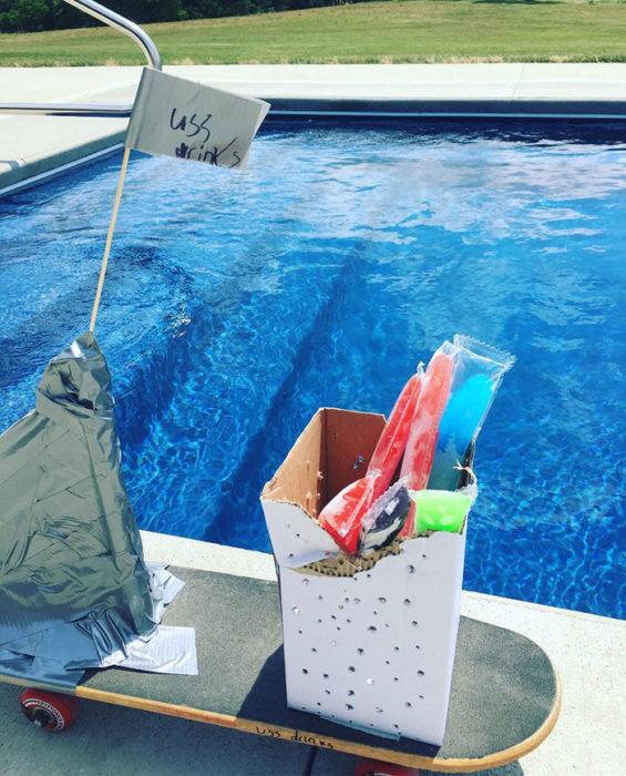 piscina con agua azul