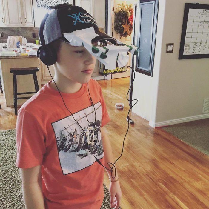 niño con gorra y audífonos