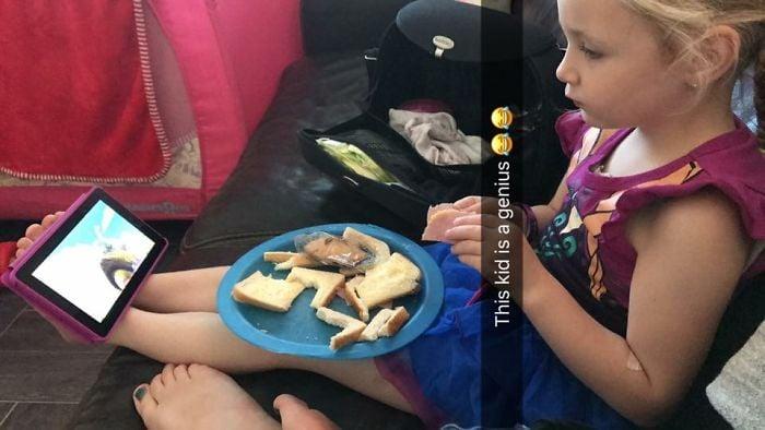 niña comiendo sandwich