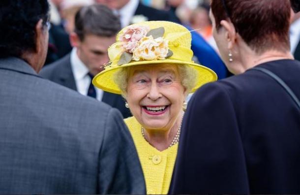 Mujer anciana reina con sombrero color amarillo