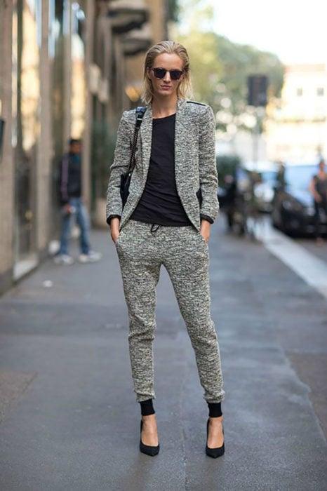 Chica usando unos jogger pants y blazer a juego en color gris