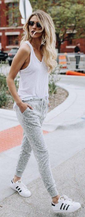 Chica usando unos jogger pants blancos