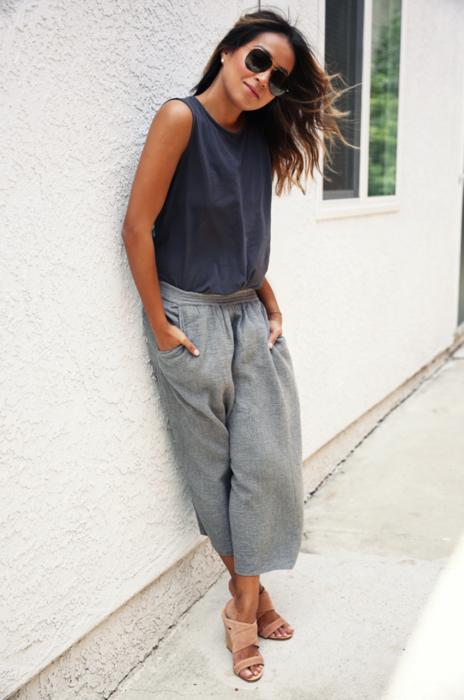 Chica usando unos jogger pants de color gris con una blusa obscura