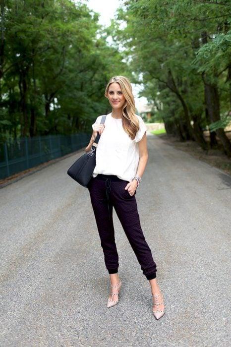 Chica usando unos jogger pants en color negro