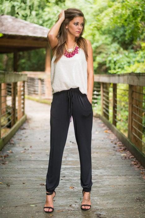 Chica usando unos jogger pants de color negro
