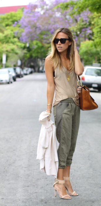 Chica usando unos jogger pants de color verde olivo
