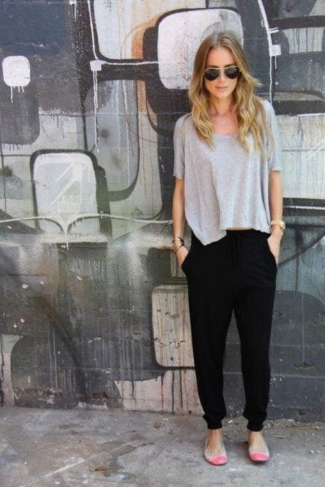 Chica usando unos jogger pants de color negro con