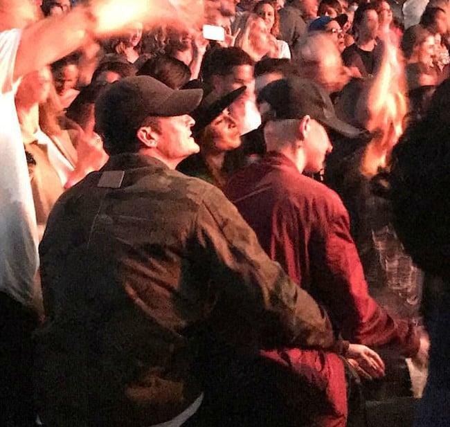 Novios abrazados en un concierto