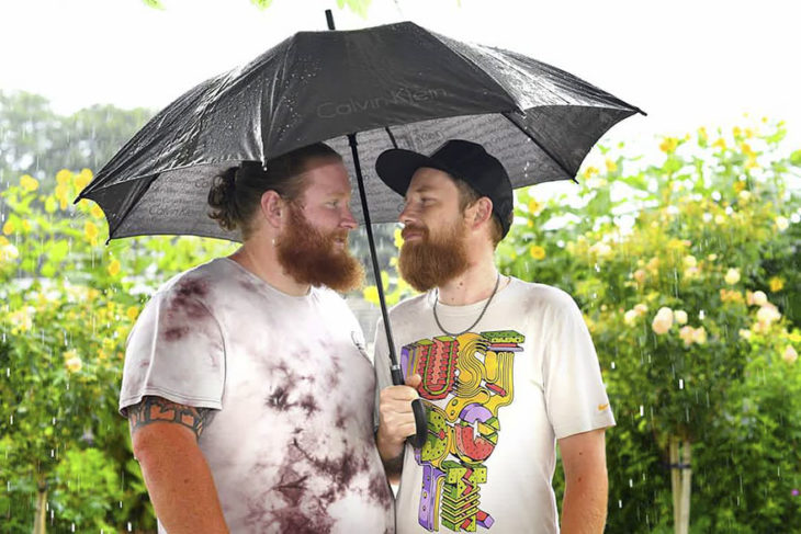 chicos mirándose a los ojos bajo la lluvia