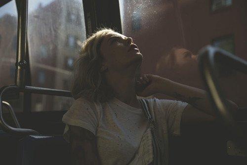 Chica triste sentada en el camión