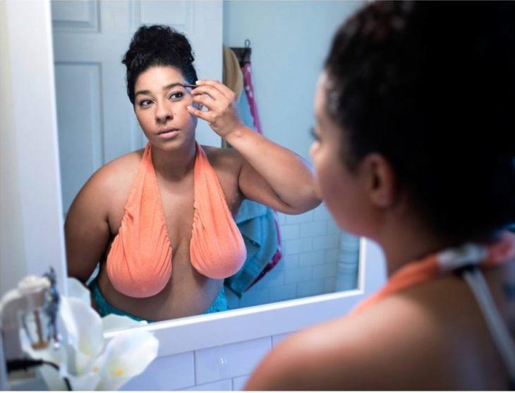 mica maquillandose frente al espejo