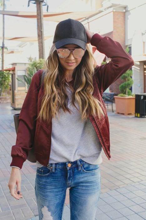 Look con gorras chica usando gorra negra con jeans