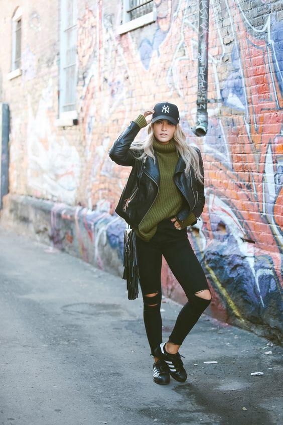 254bf9bf3 Look con gorras chica usando gorra negra con jeans negros y chamarra de piel