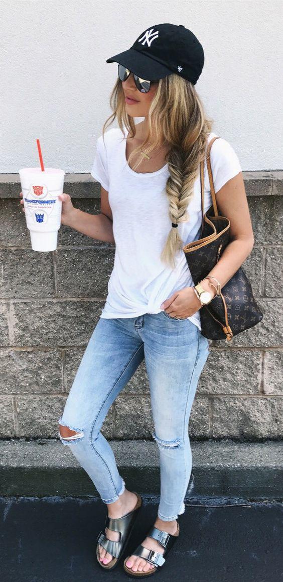 Look con gorras chica usando gorra negra con jeans y blusa blanca 72e842537a0