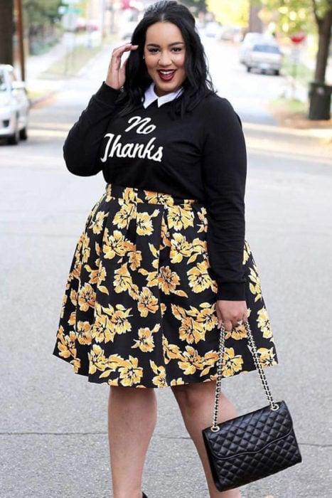 Chica usando un look con sudadera y falda floreada de corte A