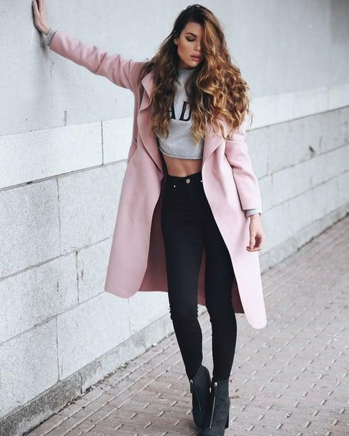 Chica usando un look con sudadera y saco color rosa